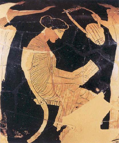 [Υλικά γραφής: παπύρινος κύλινδρος. Η Σαπφώ (παράσταση σε αττική ερυθρόμορφη υδρία του 440-430 π.Χ.) κρατά ξετυλιγμένο έναν παπύρινο κύλινδρο και διαβάζει το κείμενο προτού το τραγουδήσει.]